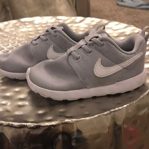 Nike Shoes - Kids Nike roshe